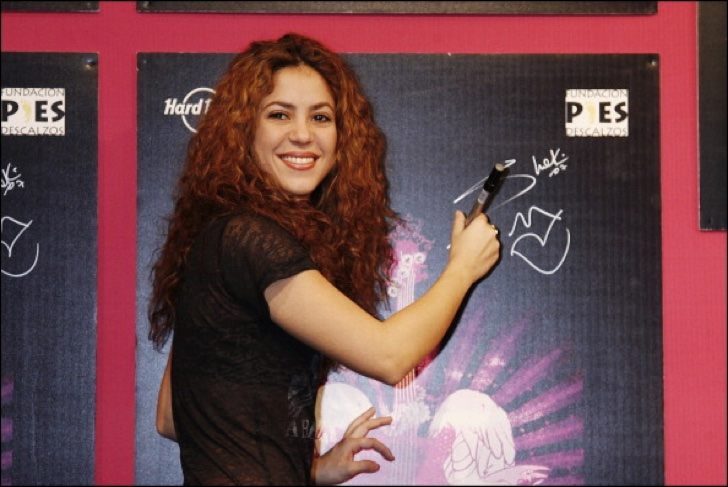 """FRANCE - FEBRUARY 16: Shakira The """"Signature T-Shirt"""" will serve as a fundraiser for Shakira's charity """"Fundacion Pies Desclazos"""" helping Colombian children suffering from poverty in Paris, France on February 16, 2007. (Photo by Pierre HOUNSFIELD/Gamma-Rapho via Getty Images)"""