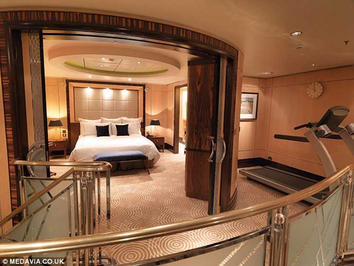 1413451319859_wps_3_The_king_sized_bedroom_on