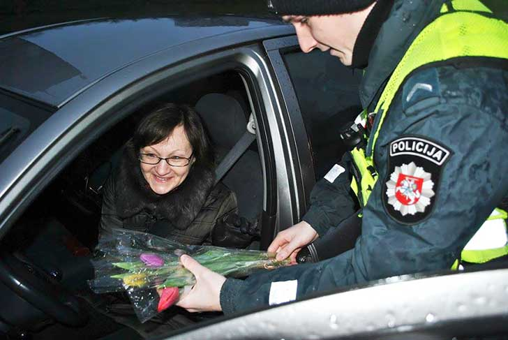 lithuanian-police-officers-give-flowers-international-womens-day-11