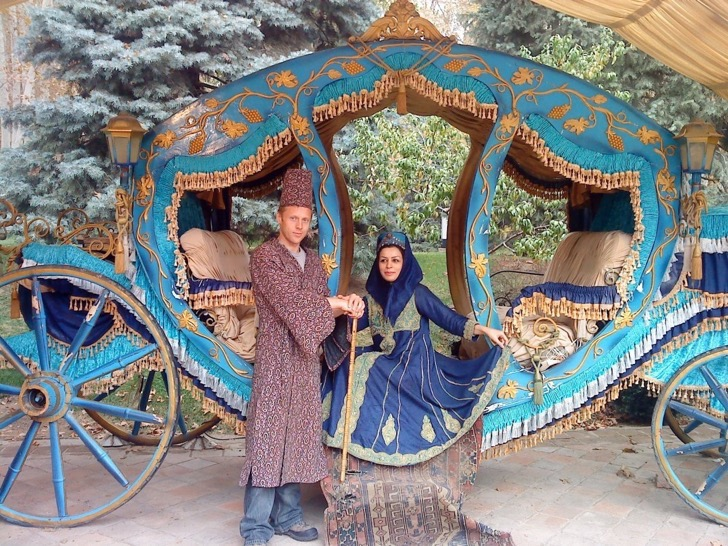 neda-a-girl-garfors-met-in-iran-wanted-to-marry-him-he-declined-but-agreed-to-have-their-photo-taken-dressed-up-as-a-royal-couple