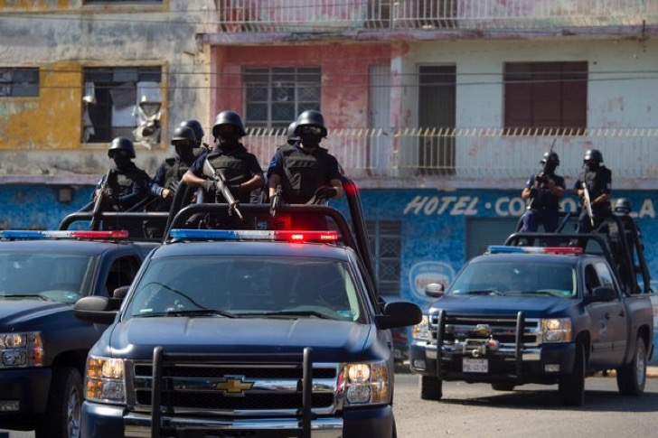 ARCHIV: In this Wednesday, April 6, 2011 picture, state police officers belonging to a newly-formed elite group patrol the streets of the Pacific resort city of Mazatlan, Mexico. The so-called Elite Group has been deployed to hotspots around Sinaloa state, dismantling neighborhood gangs in the port city of Mazatlan and making significant arrests, according to local officials. Sinaloa, which shares a name with Mexico's most powerful drug cartel, is known as the cradle of drug trafficking in the country. (zu dapd-Text) Foto: Dario Lopez-Mills/AP/dapd