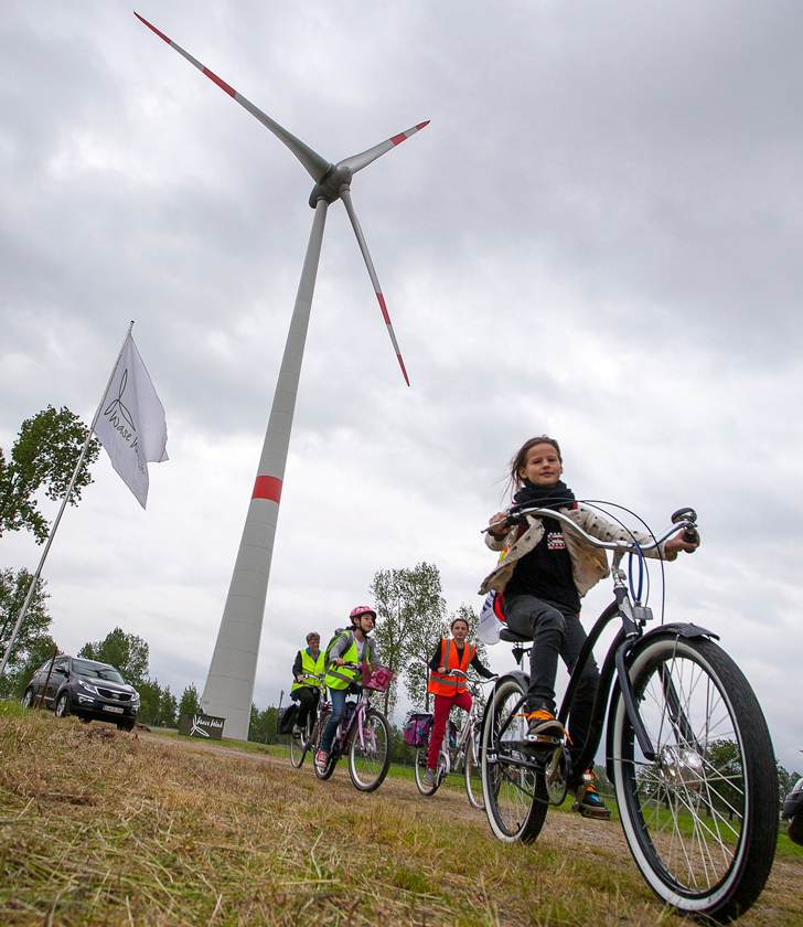 kids-ride-their-bikes-to-visit-the-turbine