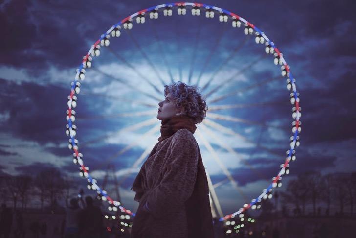 Картинки по запросу девушка на фоне колеса обозрения