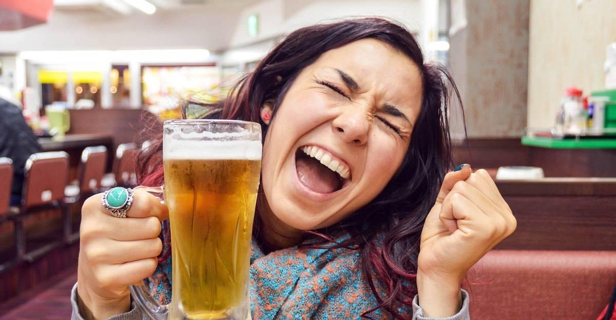 Al cabeza una cerveza de dolor tomar
