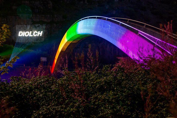 El puente del arcoíris se ilumina para rendir un homenaje a los ...