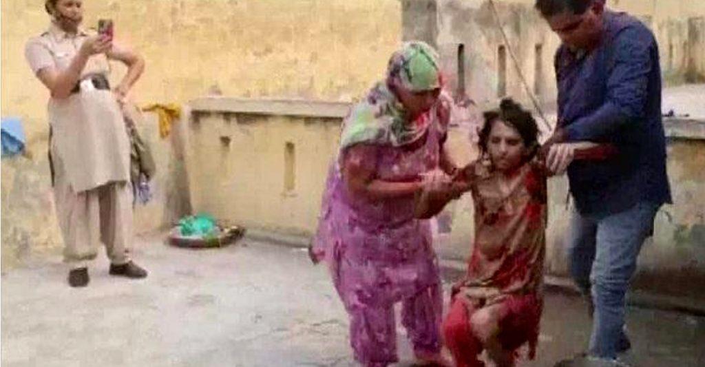 Mujer india es liberada tras pasar un año encerrada en el baño. Su esposo  la mantenía bajo llave | Upsocl
